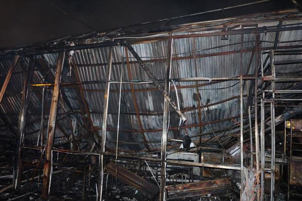 Toàn bộ hàng hóa bị thiêu rụi, tan hoang sau vụ cháy lớn tại siêu thị ở Hà Nội - Ảnh 10.