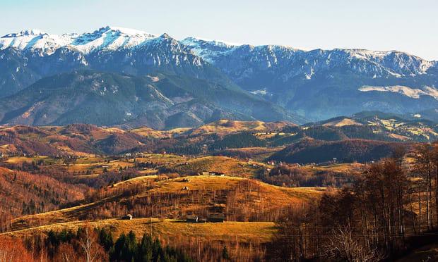 10. Núi Piatra Craiului vùng Transylvania: Vào thời điểm tháng 10, khi lá cây dần thưa đi, dãy núi Piatra Craiului rất tuyệt vời để khám phá. Những cung đường mòn hiện lên rõ nét, đi lên những điểm cao mà du khách có thể phóng tầm mắt ra khắp khu vực.