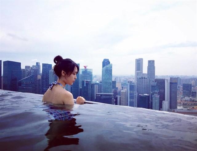 Từ bể bơi có thể phóng tầm mắt ngắm dãy Hải Vân hùng vĩ, bán đảo Sơn Trà xanh mướt và dòng sông Hàn thơ mộng dưới chân....