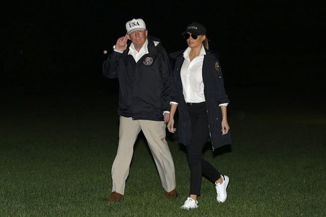 Nổi tiếng với việc dát loạt hàng hiệu lên người nhưng phu nhân Tổng thống Trump cũng có lúc diện đồ bình dân - Ảnh 10.