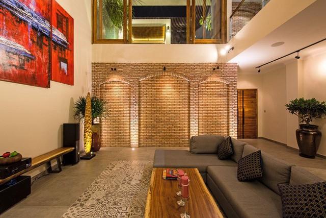 Phần gạch xây nổi trên tường đều là gạch cổ được chủ nhà thu mua từ những ngôi nhà có tuổi thọ trăm năm và thuê chuyên gia từ Huế vào cắt, mài từng viên suốt mấy tháng liền.