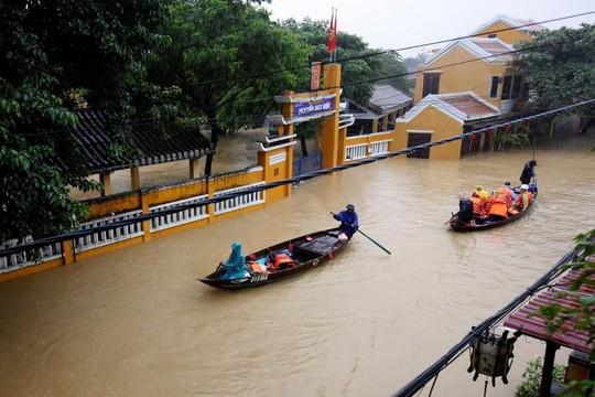 Hình ảnh lũ lụt miền Trung ngập tràn báo chí nước ngoài - Ảnh 10.