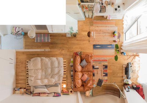 Phòng ngủ gần khu vệ sinh, phòng khách - bếp - ăn trong cùng một không gian. Nội thất nhỏ gọn, bài trí thông minh mà không thiếu điểm nhấn. Đây là một không gian rất đẹp cho căn hộ nhỏ. Điểm nhấn của căn hộ này đặc biệt đến từ chiếc sofa màu cam trong nhà. Kể ra một bộ sofa có thể dùng lâu dài, thậm chí khi chuyển nhà cũng là điều có thể tính đến đúng không?