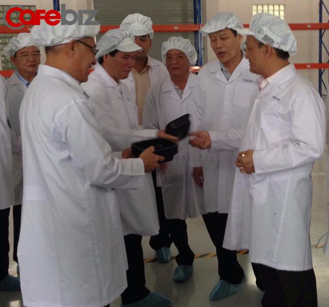 Ông Thanh Mỹ dẫn đoàn thăm nhà máy sản xuất bao bì đa lớp công nghệ cao.