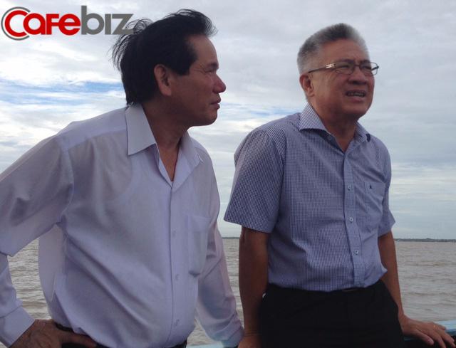 Ông Mỹ (phải) trên chuyến phà từ cù lao, thủ phủ của 3 công ty khởi nghiệp, về đất liền.