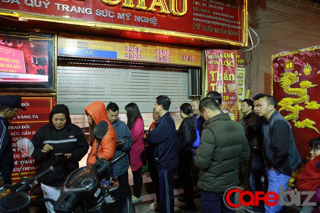 Từ 4-5 giờ sáng, phố bán vàng trên đường Trần Nhân Tông đã đông đúc người.
