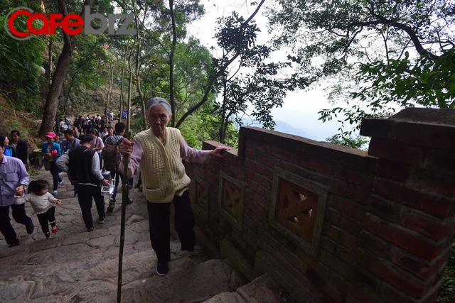 Ví như đi yên về tử nhưng gia đình này vẫn leo bộ lên Yên Tử 9 lần vì lý do này - Ảnh 5.