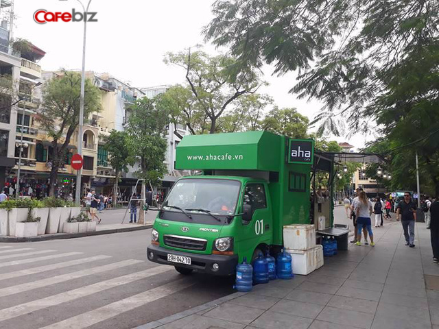 Xe tải chuyên phục vụ đồ uống của Aha tại khu vực bờ hồ, Hà Nội.