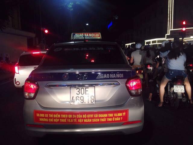 Khẩu hiệu treo trên 1 vài xe taxi truyền thống khác có cân nhắc hơn so có Vinasun.