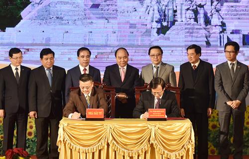 Thủ tướng chứng kiến lễ ký kết hợp tác đầu tư giữa tỉnh Tuyên Quang và các doanh nghiệp. Nguồn ảnh: VPCP.