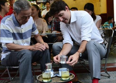 Quán cà phê ở Sài Gòn mà Thủ tướng Canada ghé uống: Vỉa hè nhưng giá đắt ngang Phúc Long & Highlands, khách đông nườm nượp? - Ảnh 1.