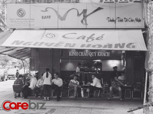 Quán cà phê ở Sài Gòn mà Thủ tướng Canada ghé uống: Vỉa hè nhưng giá đắt ngang Phúc Long & Highlands, khách đông nườm nượp? - Ảnh 2.