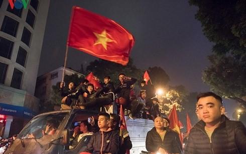 VFF lên kế hoạch cho U23 Việt Nam diễu hành bằng xe buýt 2 tầng - Ảnh 1.