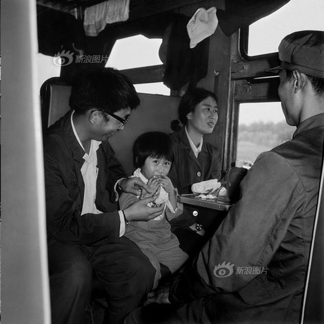 Dành 4 thập kỉ ghi lại hành trình trên những chuyến xe lửa, nhiếp ảnh gia Trung Quốc đem lại cho người xem những xúc cảm lạ thường - Ảnh 2.