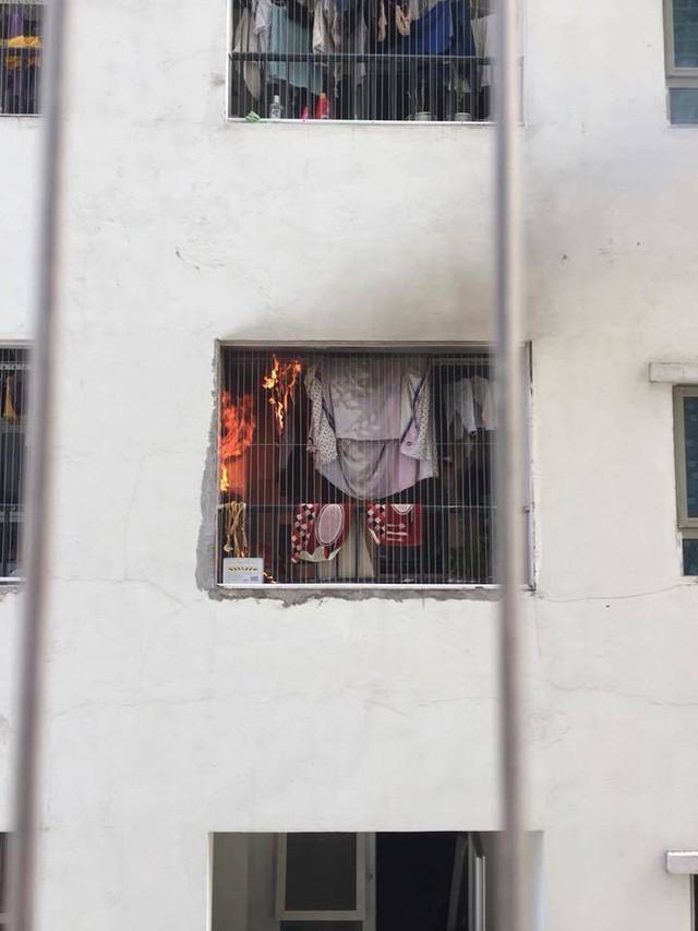 Lửa bốc cháy dữ dội trong căn hộ chung cư HH Linh Đàm, Hà Nội - Ảnh 1.