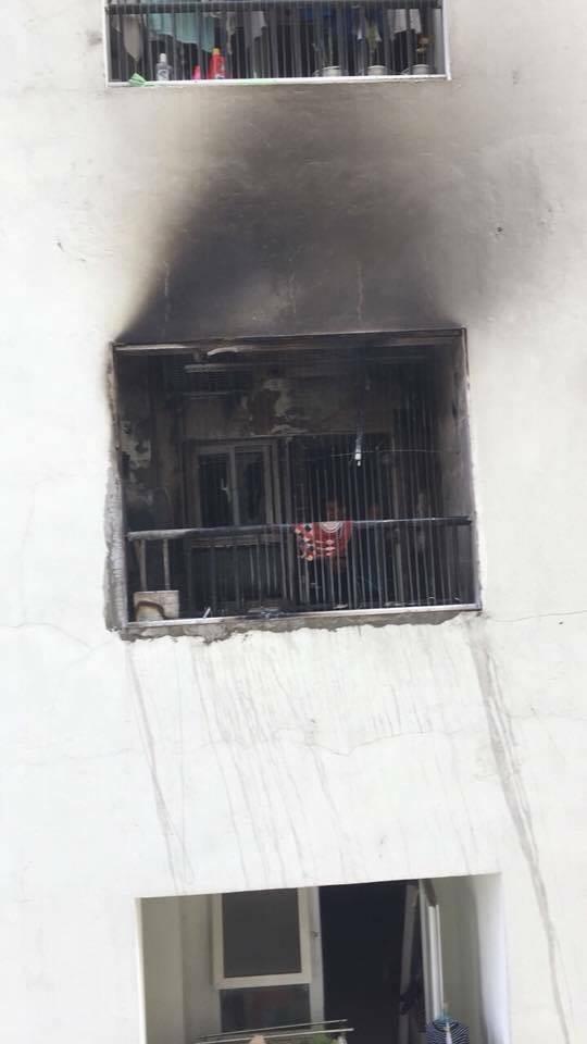 Lửa bốc cháy dữ dội trong căn hộ chung cư HH Linh Đàm, Hà Nội - Ảnh 2.