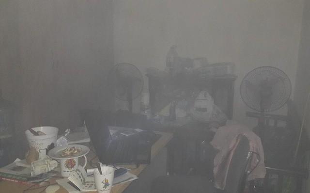 Lửa bốc cháy dữ dội trong căn hộ chung cư HH Linh Đàm, Hà Nội - Ảnh 7.