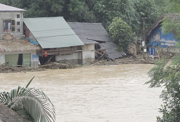 Lũ quét ở huyện Bảo Yên, Lào Cai: Gần 100 ngôi nhà bị sập, ngập nước - Ảnh 1.