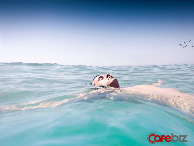 Mệt mỏi tuổi 20 ai cũng trải qua: Cuộc đời như ở giữa đại dương không xác định với lời khuyên mơ hồ Hãy theo đuổi giấc mơ của mình - Ảnh 1.