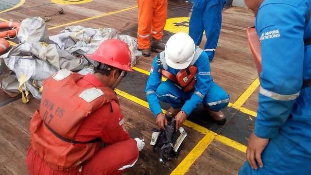 Phát hiện nhiều mảnh vỡ từ xác máy bay chở 188 người của Indonesia  - Ảnh 1.