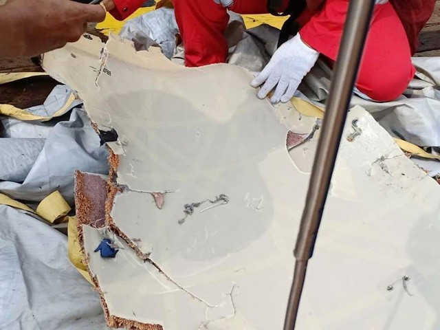 Phát hiện nhiều mảnh vỡ từ xác máy bay chở 188 người của Indonesia  - Ảnh 2.