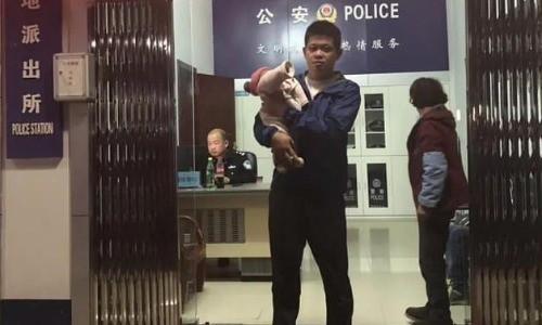 Trung Quốc: Giải cứu bé 10 ngày tuổi bị bố đem đi bán vì không phải con trai - Ảnh 1.