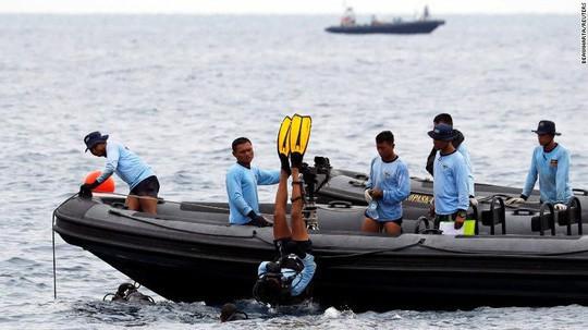 Rơi máy bay Indonesia: Chiếc Boeing tông phải bom mưa?  - Ảnh 4.