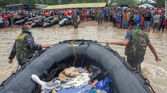 Rơi máy bay Indonesia: Chiếc Boeing tông phải bom mưa?  - Ảnh 5.