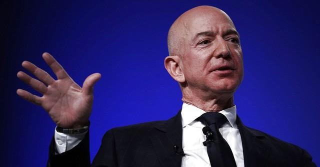 Người giàu nhất địa cầu làm gì khi bị chỉ trích? - Ảnh 1.
