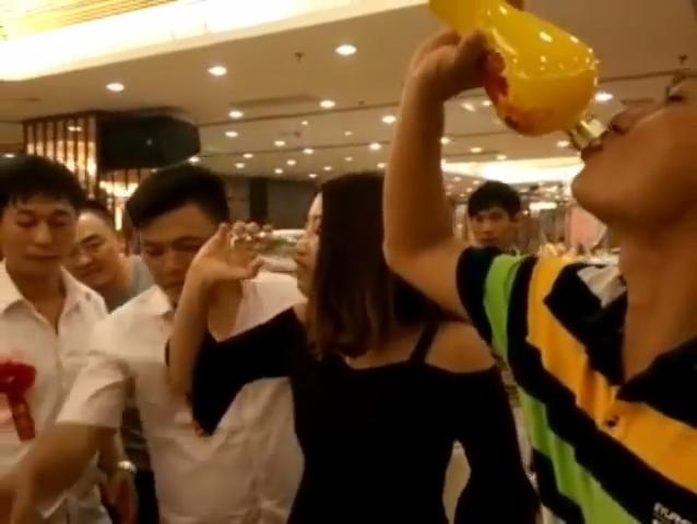 Tại Trung Quốc, làm phù dâu cũng nguy hiểm chết người - Ảnh 1.