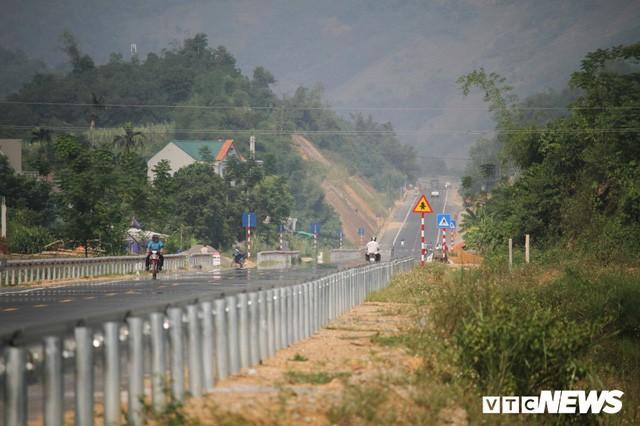 Ảnh: Tuyến đường BOT nghìn tỷ đồng cắt núi nối Hà Nội - Hòa Bình trước ngày thông xe - Ảnh 7.