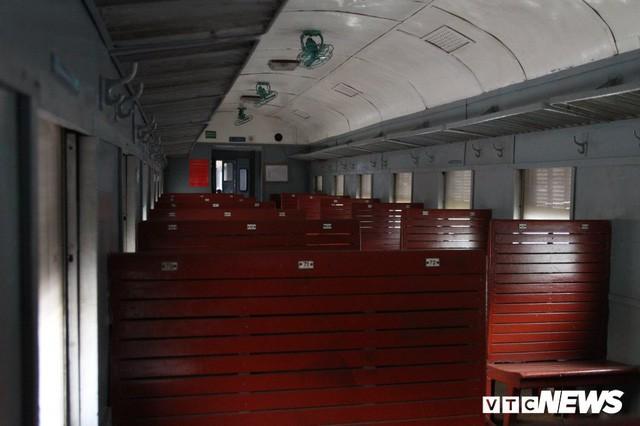 Cận cảnh chuyến tàu rời ga ở Hà Nội chỉ với 2 vị khách nước ngoài, lỗ 10 triệu đồng/ngày - Ảnh 17.