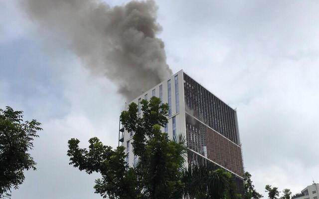Cháy lớn tại tòa nhà đang xây ở Hà Nội, khói đen kịt trời - Ảnh 1.