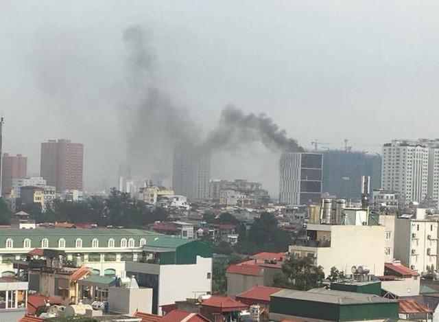 Cháy lớn tại tòa nhà đang xây ở Hà Nội, khói đen kịt trời - Ảnh 2.