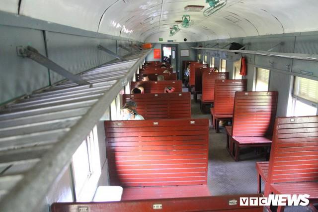 Cận cảnh chuyến tàu rời ga ở Hà Nội chỉ có 2 vị khách nước ngoài, lỗ 10 triệu đồng/ngày - Ảnh 11.