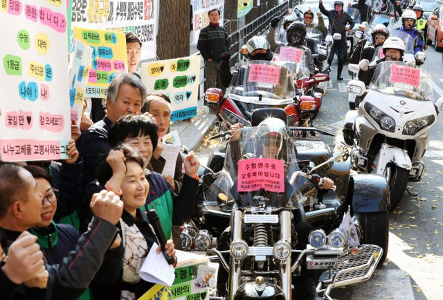 600.000 thí sinh Hàn Quốc thi Đại học: Cả đất nước nín thở, học sinh lớp 11 quỳ ngoài cổng trường chúc anh chị thi tốt - Ảnh 11.