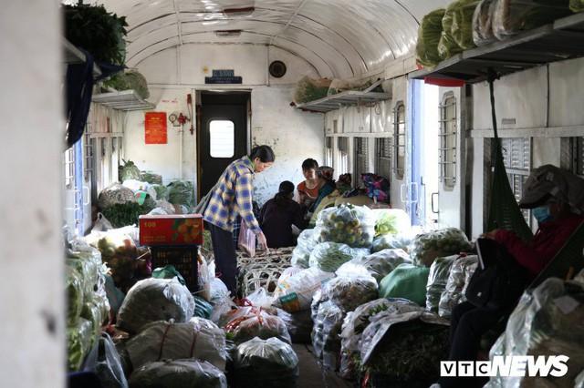 Cận cảnh chuyến tàu rời ga ở Hà Nội chỉ với 2 vị khách nước ngoài, lỗ 10 triệu đồng/ngày - Ảnh 14.