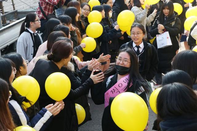 600.000 thí sinh Hàn Quốc thi Đại học: Cả đất nước nín thở, học sinh lớp 11 quỳ ngoài cổng trường chúc anh chị thi tốt - Ảnh 14.