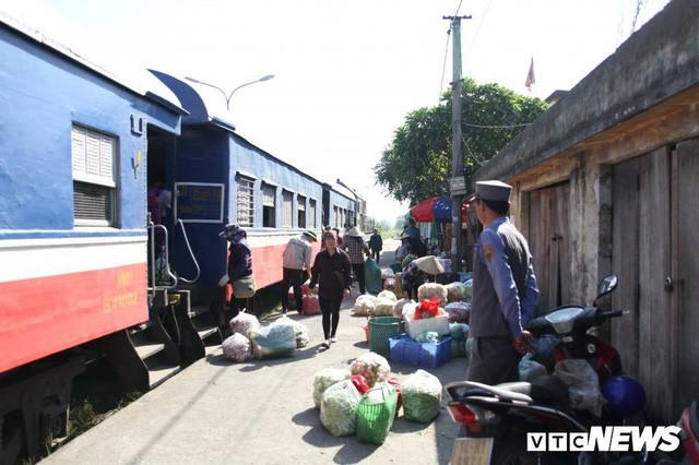 Cận cảnh chuyến tàu rời ga ở Hà Nội chỉ có 2 vị khách nước ngoài, lỗ 10 triệu đồng/ngày - Ảnh 15.
