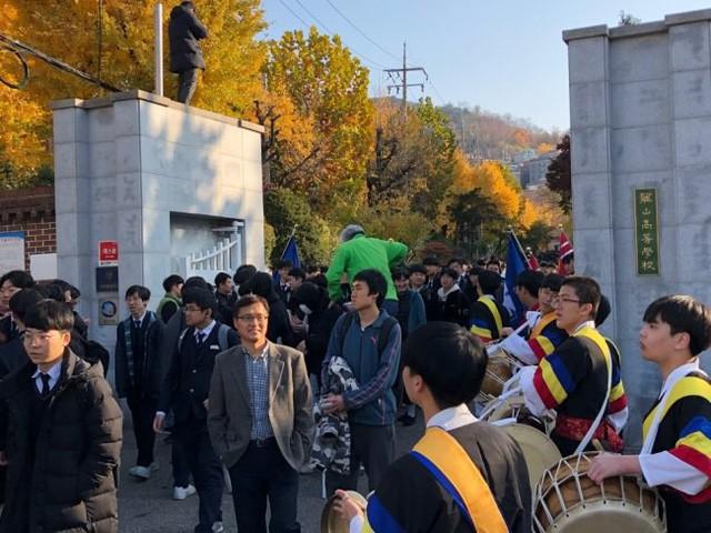 600.000 thí sinh Hàn Quốc thi Đại học: Cả đất nước nín thở, học sinh lớp 11 quỳ ngoài cổng trường chúc anh chị thi tốt - Ảnh 15.