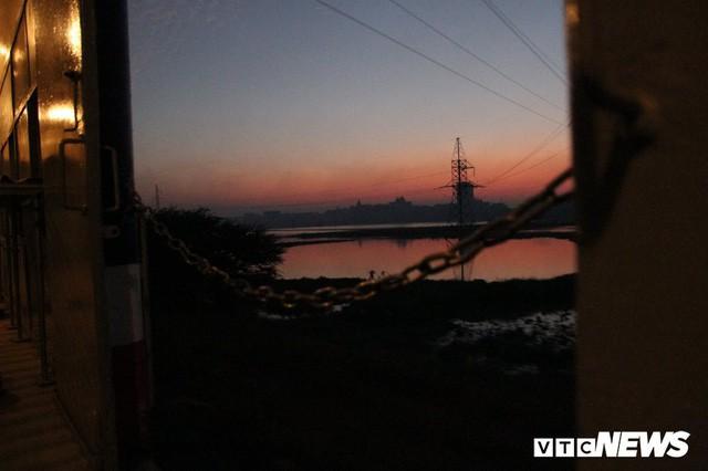 Cận cảnh chuyến tàu rời ga ở Hà Nội chỉ có 2 vị khách nước ngoài, lỗ 10 triệu đồng/ngày - Ảnh 16.