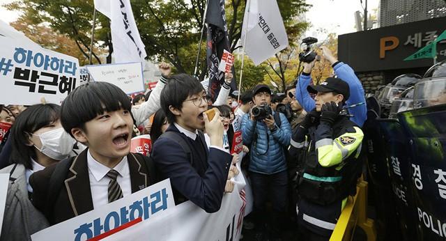 600.000 thí sinh Hàn Quốc thi Đại học: Cả đất nước nín thở, học sinh lớp 11 quỳ ngoài cổng trường chúc anh chị thi tốt - Ảnh 16.