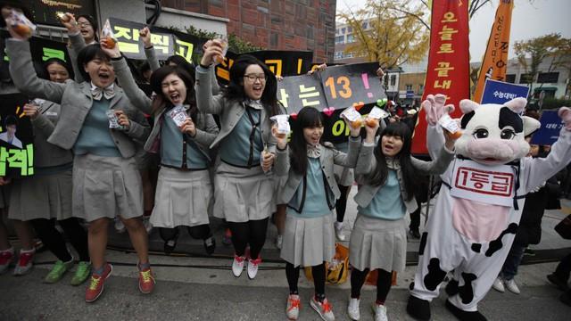 600.000 thí sinh Hàn Quốc thi Đại học: Cả đất nước nín thở, học sinh lớp 11 quỳ ngoài cổng trường chúc anh chị thi tốt - Ảnh 18.