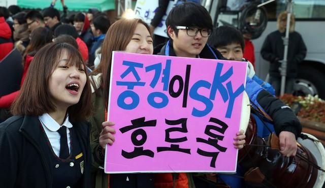 600.000 thí sinh Hàn Quốc thi Đại học: Cả đất nước nín thở, học sinh lớp 11 quỳ ngoài cổng trường chúc anh chị thi tốt - Ảnh 3.