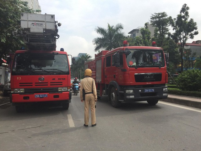 Cháy lớn tại tòa nhà đang xây ở Hà Nội, khói đen kịt trời - Ảnh 3.