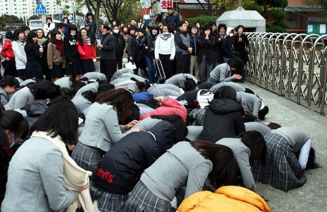 600.000 thí sinh Hàn Quốc thi Đại học: Cả đất nước nín thở, học sinh lớp 11 quỳ ngoài cổng trường chúc anh chị thi tốt - Ảnh 4.