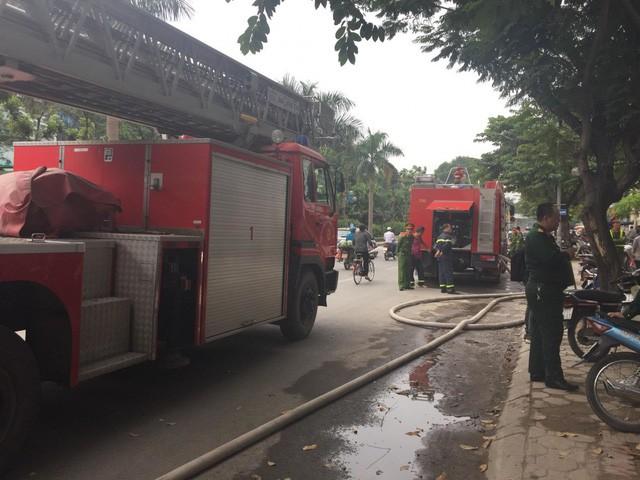 Cháy lớn tại tòa nhà đang xây ở Hà Nội, khói đen kịt trời - Ảnh 4.
