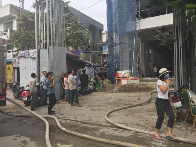 Cháy lớn tại tòa nhà đang xây ở Hà Nội, khói đen kịt trời - Ảnh 6.