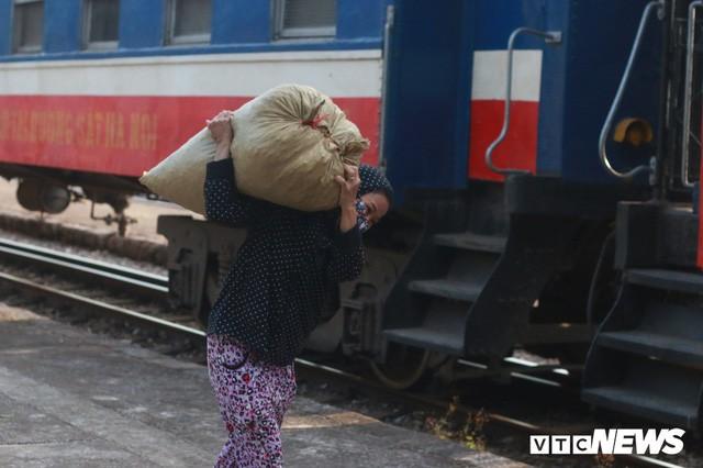 Cận cảnh chuyến tàu rời ga ở Hà Nội chỉ với 2 vị khách nước ngoài, lỗ 10 triệu đồng/ngày - Ảnh 8.