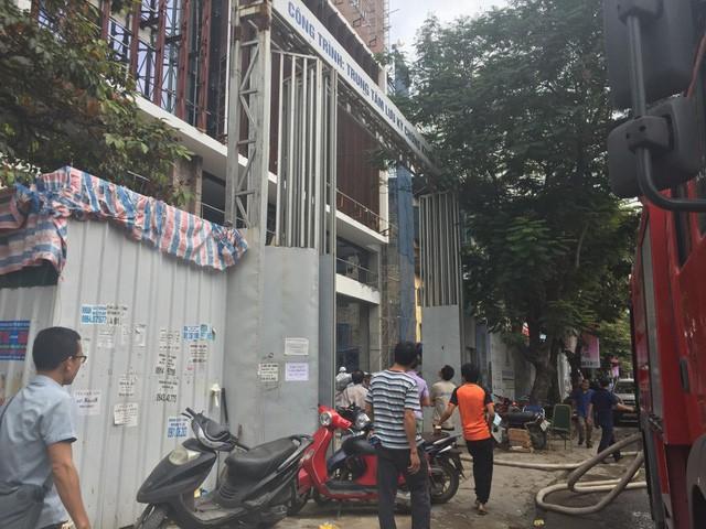 Cháy lớn tại tòa nhà đang xây ở Hà Nội, khói đen kịt trời - Ảnh 7.